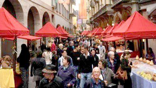 Cercando una casa in Ticino ci si imbatte sempre in mercatini e sagre stuzzicanti